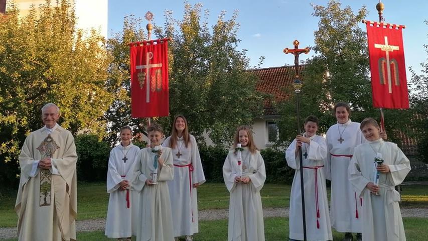 Wegen der Corona-Krise durften in diesem Jahr erst jetzt drei Kinder der 3. Jahrgangsstufe in der Pfarrkirche Günching die erste heilige Kommunion empfangen. Unter dem Leitgedanken