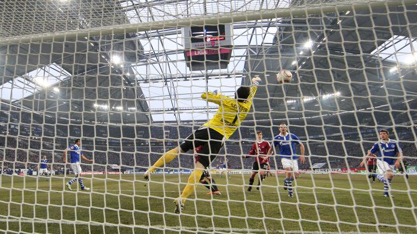 Raphael Schäfer (M) vereitelt gekonnt eine Chance der Schalker. Im Hintergrund ist das immer noch lückenhafte Stadiondach zu sehen.