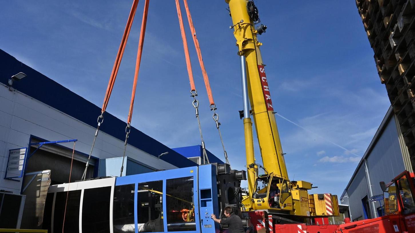 """Zehn Stunden dauerte es bis die 71 Tonnen schwere Maschine in der großen Halle der Firma Frör aufgebaut war. Ein 200-Tonnen-Kran hielt die beiden """"Bauteile"""" sicher fest."""