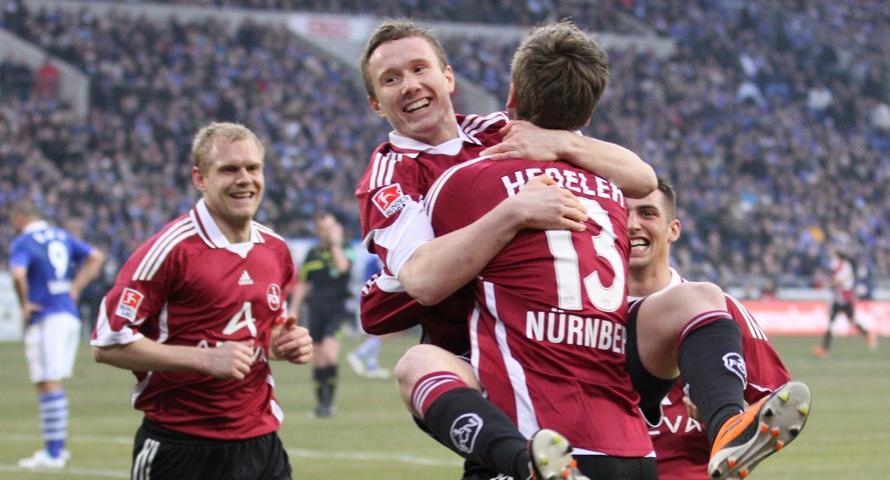 Der Club jubelt auf Schalke: Markus Mendler und Jens Hegeler feiern das das 1:0.