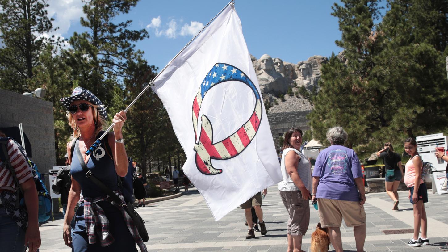 Eine Anhängerin Donald Trumps mit einer QAnon-Flagge in Keystone, South Dakota. (Archivbild)