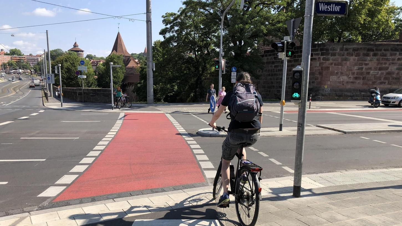 Die rot eingefärbten breiten Radstreifen an gefährlichen Stellen, die in den letzten Jahren angelegt wurden (wie hier am Altstadtring beim Westtor), ernteten jetzt beim Besuch der Arbeitsgemeinschaft fahrradfreundlicher Kommunen viel Beifall.