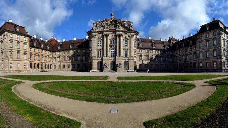 Das Schloss Weißenstein in Pommersfelden ist ein Glanzstück des fränkischen Barock. Es wurde zwischen 1711 und 1718 von Lothar Franz von Schönborn, Fürstbischof von Bamberg und Kurfürst von Mainz erbaut. Als Architekt wurde Johann Dientzenhofer engagiert, aber auch der Wiener Hofbaumeister Johann Lukas von Hildebrandt und Maximilian von Welsch waren an der Planung der Schlossanlage beteiligt. Mit seinen Gemäldegalerien, seiner kompletten Inneneinrichtung und seiner beeindruckenden Architektur lockt der prächtige Bau pro Jahr bis zu 30.000 Besucher nach Pommersfelden. Um das Schloss für die Zukunft zu bewahren, wurde es 1996 von Dr. Karl Graf von Schönborn-Wiesentheid in eine gemeinnützige Stiftung eingebracht. Sein Sohn, Paul Graf von Schönborn-Wiesentheid, verwaltet die Stiftung seit 1998.