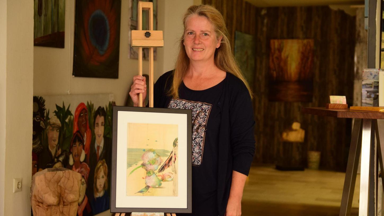 """Die Werke von Anke Vos sind bereits in Pappenheim eingetroffen, denn die Künstlerin wird als einzige nicht zur Vernissage kommen können. Unser Bild zeigt Birgit van der Gang mit dem """"Paradiesvogel"""", ein Bild, das in Mischtechnik auf Holz entstand."""