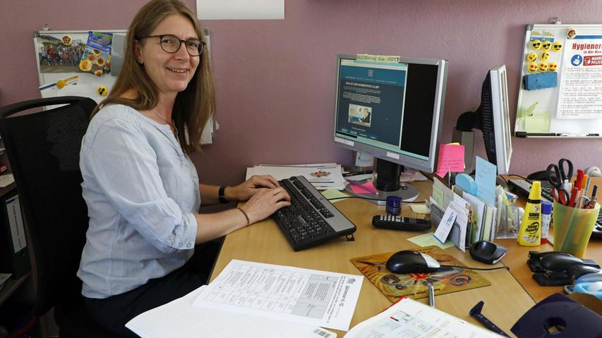 Anna Maria Specht, Leiterin Ganztag, hat immer Schulbücher und Wochenplan bereitliegen.