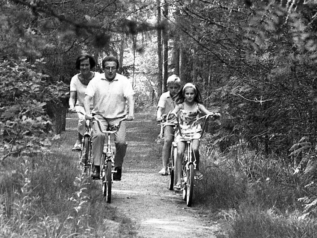 FOTO: NN / Bildrechte VNP, Fotograf nicht identifizierbar, veröff. NN v. 04.08.1970; historisch; 1970er. MOTIV: Nürnberg, Chef Presseamt, Presseamtschef, Walter Schatz mit Familie,  KONTEXT: