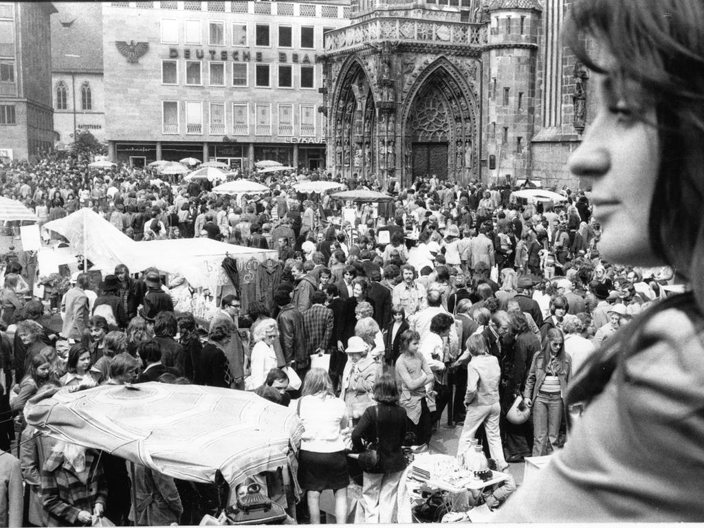 FOTO: NN / Bernd Jürgen Fischer, historisch; 1974er; veröff. NN 06.05.1974 MOTIV: Nürnberg - Hauptmarkt - Nürnberger Trempelmarkt.....KONTEXT: