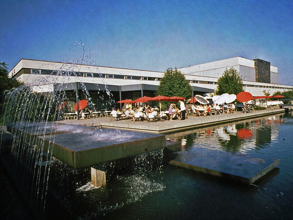Foto: Stadtarchiv Nürnberg Signatur A55-III-2-15-10..(bitte die Signatur nennen) - 07/2020 gesp...Motiv: Nürnberg - Gartenrestaurant der Meistersingerhalle in er Parklandschaft des Luitpoldhains ..Gastronomie, historisch,