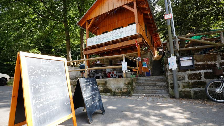 Am Schindler-Keller wird Greifbier aus Forchheim ausgeschenkt. Hier ist Montag bis Freitag von 15 bis 23 Uhr, Samstag und Sonntag von 11 bis 23 Uhr geöffnet.