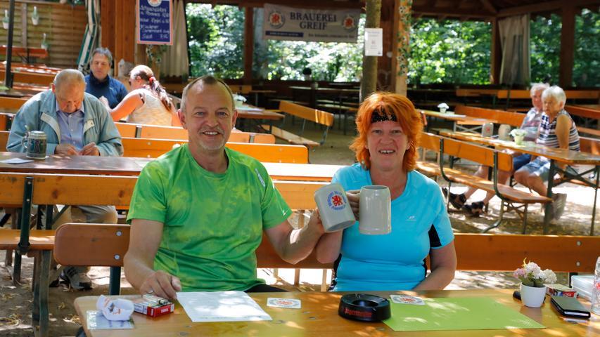Uwe und Marion Sonnleitner aus Forchheim sind mit dem Rad unterwegs und lassen sich das Greifbier am Greifs-Keller schmecken.