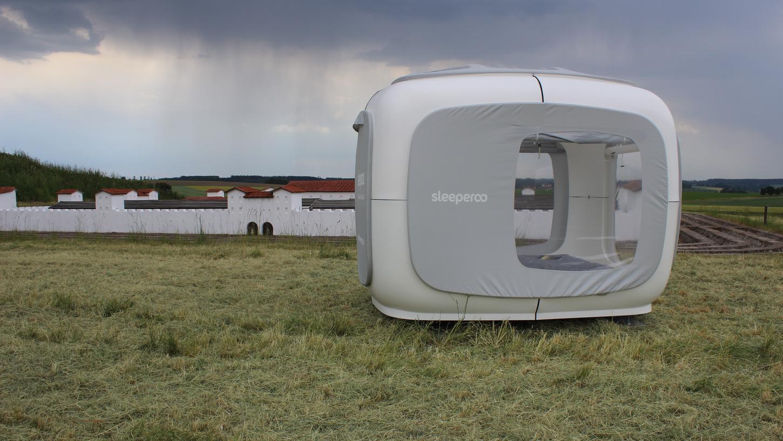 Neue Schlafräume auf historisch bedeutsamen Grund: Im Römerpark in Ruffenhofen haben Gäste die Chance, in diesem weißen Cube mit Blick auf das Kastell zu nächtigen.