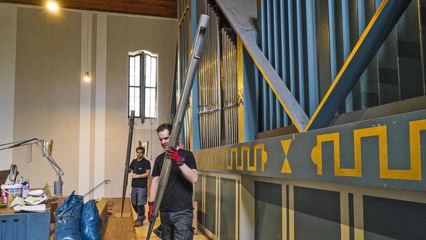 Fachkräfte nehmen die Pfeifen der Matthäus-Orgel aus ihren Stöcken und verpacken sie sorgsam für den Transport nach Polen.
