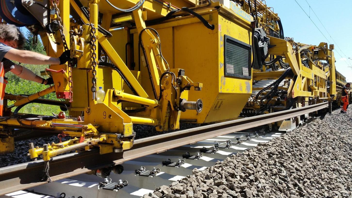 Bei den Gleiserneuerungen, die momentan zwischen Treuchtlingen, Donauwörth und Augsburg stattfinden, kommt ein riesiger Gleisumbauzug zum Einsatz, um die Schwellen auszuwechseln.