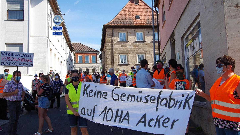 Vor der Stadtratssitzung demonstrierten Keidenzeller und Hardhofer Bürger am Schreiberstorberg in Langenzenn. Im Saal der Gaststätte im Hintergrund trafen sich Stunden später die Ratsmitglieder.