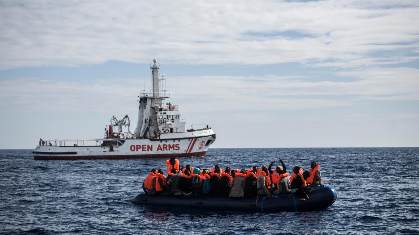 Flüchtlinge, die auf einem Schlauchboot im Mittelmeer treiben, freuen sich über die Ankunft eines Schiffes der spanischen Nichtregierungsorganisation Pro Activa Open Arms (Archiv).