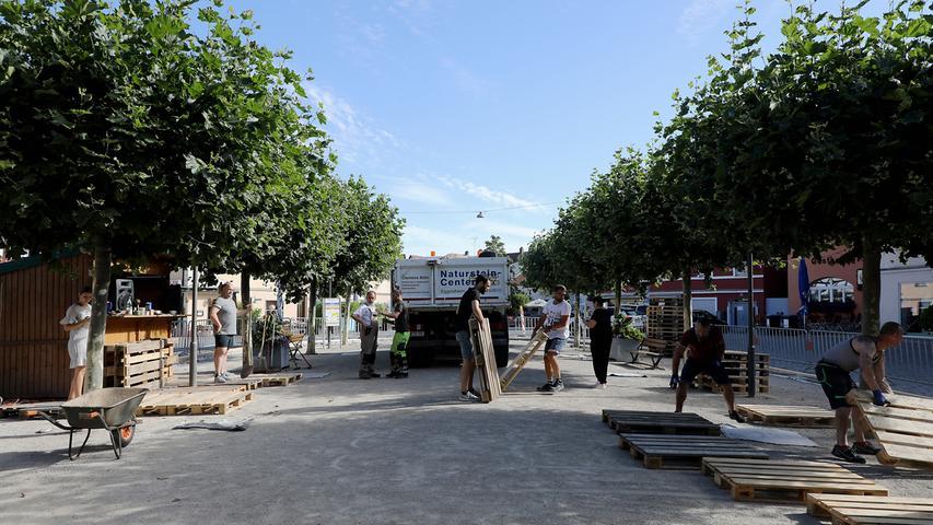Die Holzumfassung und der Schutzzaun stehen schon, um die 450 Quadratmeter zu umgrenzen. Und der Hauptbestandteil eines jeden Stadtstrandes wird nun auch geliefert...