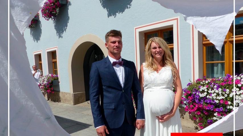 Fast schon zu dritt, haben Michaela Schröpfer aus Großschwarzenlohe und Klaus Geiger aus Göggelsbuch im Freystädter Rathaus geheiratet. Nicht mehr lange, nur noch etwa zwei Wochen wird es dauern, bis sich die 25-jährige Friseurin und der 31-jährige Dachdecker über ihr erstes Baby freuen dürfen. Getraut hat die beiden im Beisein der Familie Standesbeamtin Irene Steinbauer.  Die beiden kennen sich seit drei Jahren und leben inzwischen in der gemeinsamen Wohnung in Mörsdorf.