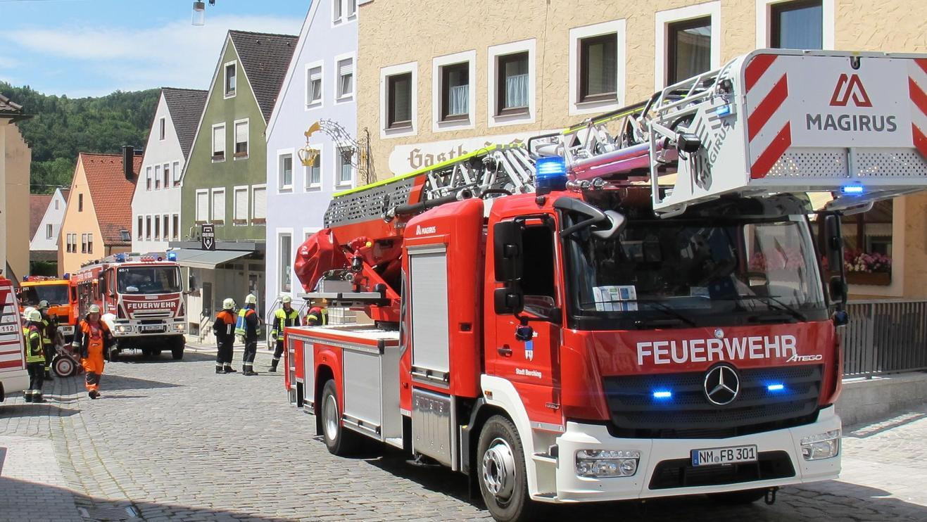 Feuerwehr auf dem Gredinger Marktplatz: Über 100 Helfer rückten an oder hatten sich am Freibad für einen Einsatz gesammelt.