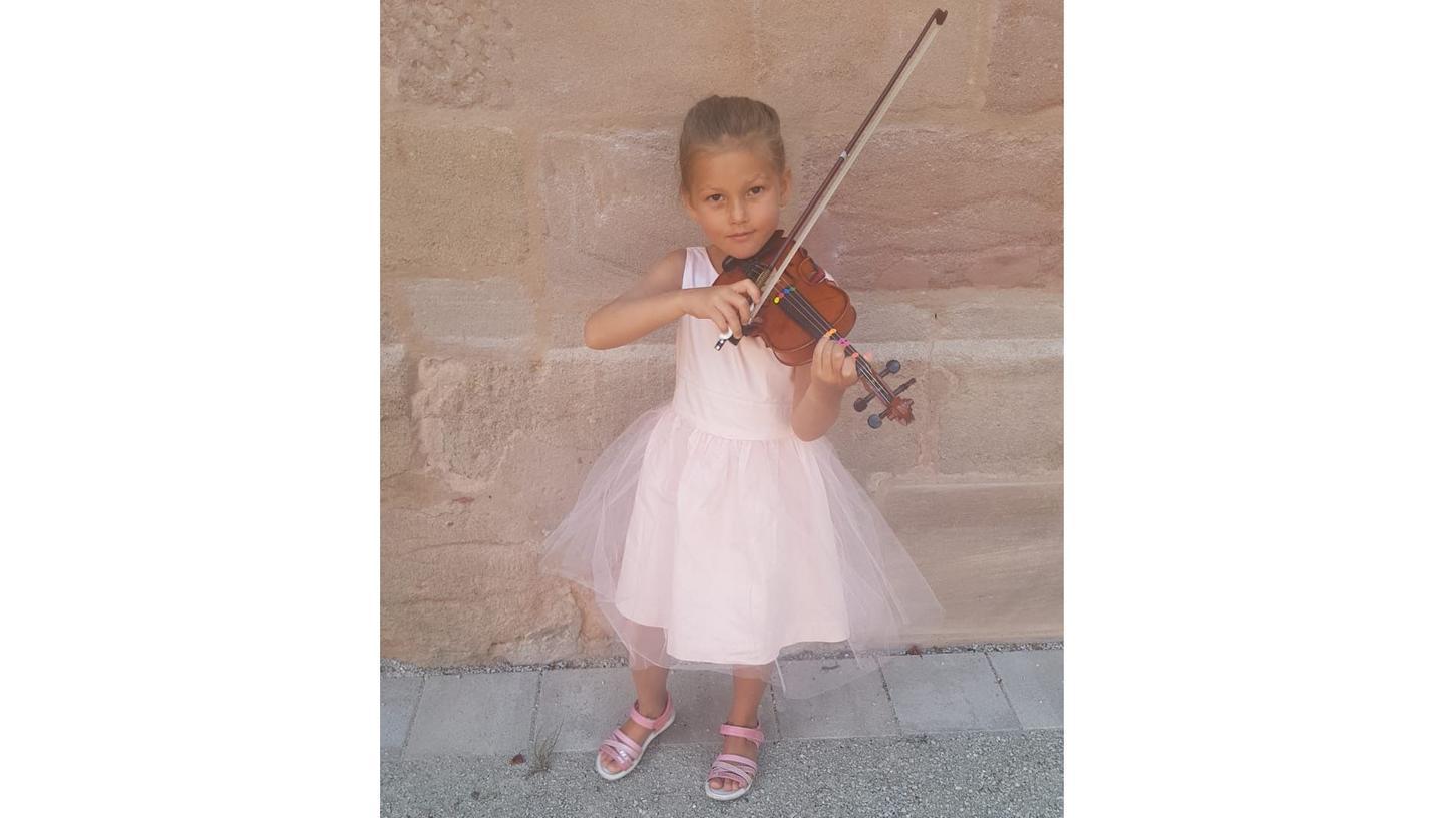 Im Hof des Alten DG durfte Alice Brunner aus Schwabach bereits ihr Können zeigen. Das Mädchen ist mit fünf Jahren sehr jung für ihr anspruchsvolles Instrument.