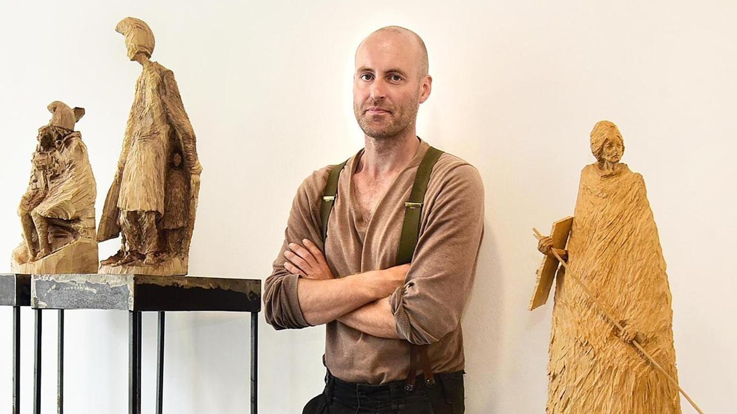 Ein Ausgezeichneter und seine Werke: Stefan Schindler inmitten seiner filigran gearbeiteten Eichenholz-Figuren.