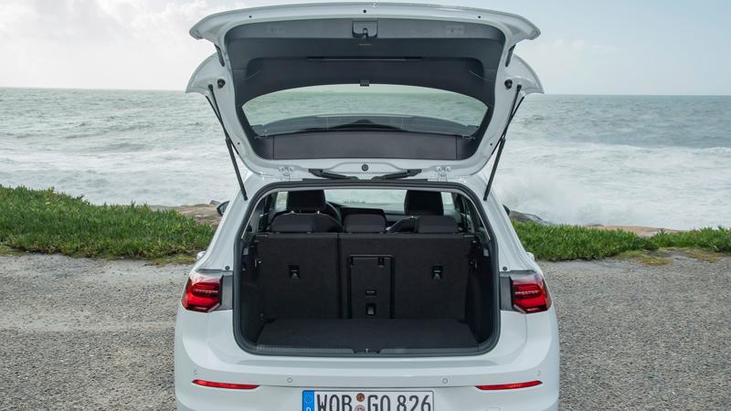 Der Kofferraum – 381 bis 1237 Liter – bietet mehr Volumen als der vieler Konkurrenten, ist ladefreundlich ausgeformt und über die niedrige Ladekante kräfteschonend zugänglich.