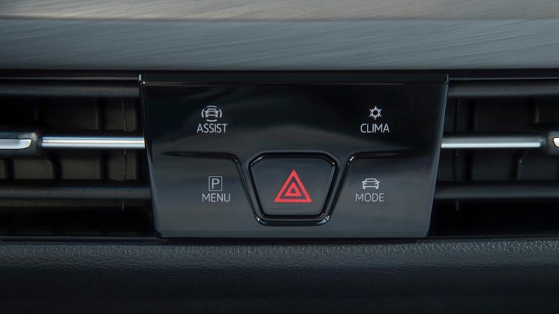 Die zweite ermöglicht den Zugriff auf das, was mit Parken, Klimatisierung, den Fahrmodi und Assistenzsystemen zu tun hat. Die Feineinstellungen sind dann über den ausstattungsabhängig bis zu 10 Zoll großen, fahrerorientierten Touchscreen vorzunehmen. Unterhalb gibt es zwei USB-C-Anschlüsse.