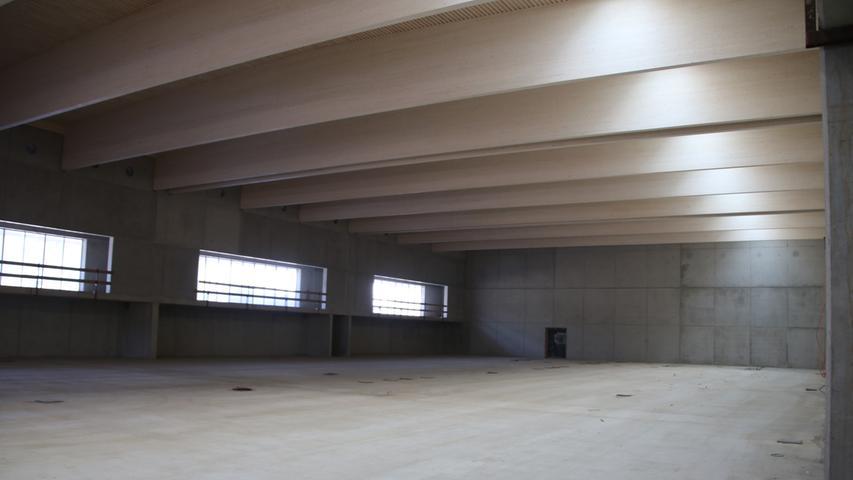 Ein Blick ins Innere der Halle verriet schon die Dimensionen des Bauprojekts. Hier wird ein roter Sportboden aufgebracht werden.