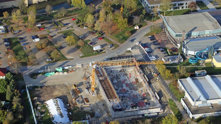 Das Bauprojekt ist eines der größten der vergangenen Jahre und soll architektonisch auch den Raum zu Seeweiher und Parkanlage gestalten.