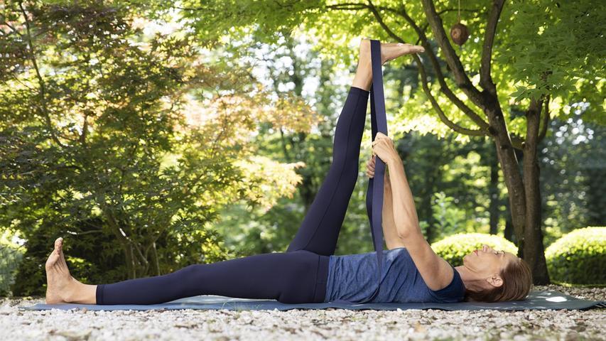 Physiotherapeutin Elisabeth Dean bietet Relaxing-Yoga im Garten des Franz Marc Museums in Kochel am See an.