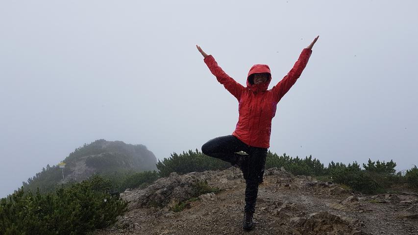 Yoga-Lehrerin Christina Ilchmann bietet Sonnenaufgangs-Yoga auf dem Herzogstand an - normalerweise aber nur bei gutem Wetter. Auf den Berg fährt man mit einer Sonder-Gondel vor dem offiziellen Betriebsstart der Bergbahn.