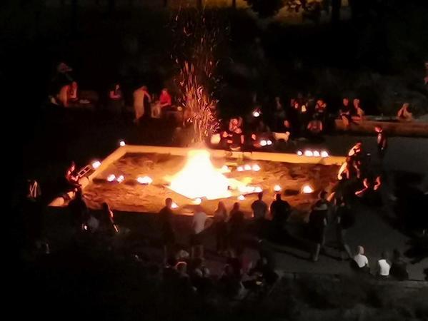 Ende Juni 2019 schürten Feiernde im Brunnen des Jamnitzerplatzes ein Feuer. Die Polizei schritt dagegen ein und beendete die Party.