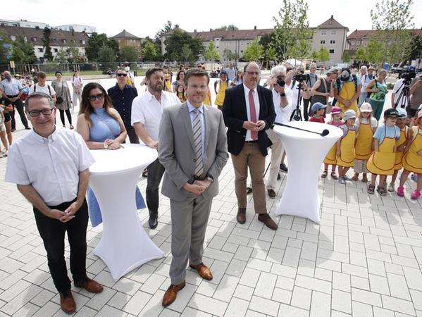 Klein und Groß, unter ihnen (v. li. vorne) SPD-Stadtrat Michael Ziegler, OB Marcus König und Bürgermeister Christian Vogel, freuen sich über den neuen Quellepark.