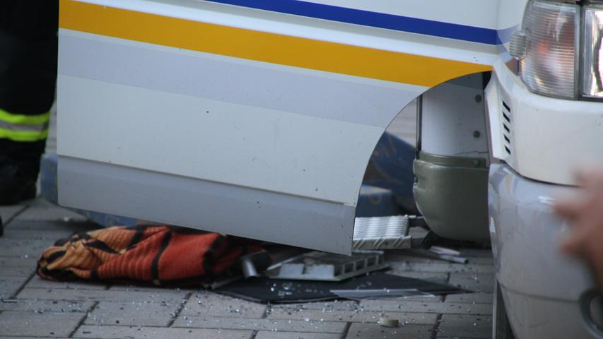 Verpuffung in Kemnath Einsatz der FF Postbauer-Heng bei einer Verpuffung in Ortsteil Kemnath, Kotmühlweg. Es waren mehrere Rettungswagen und Feuerwehren vor. Die Verpuffung war in einem Wohnmobil, so sah es wenigsten aus.