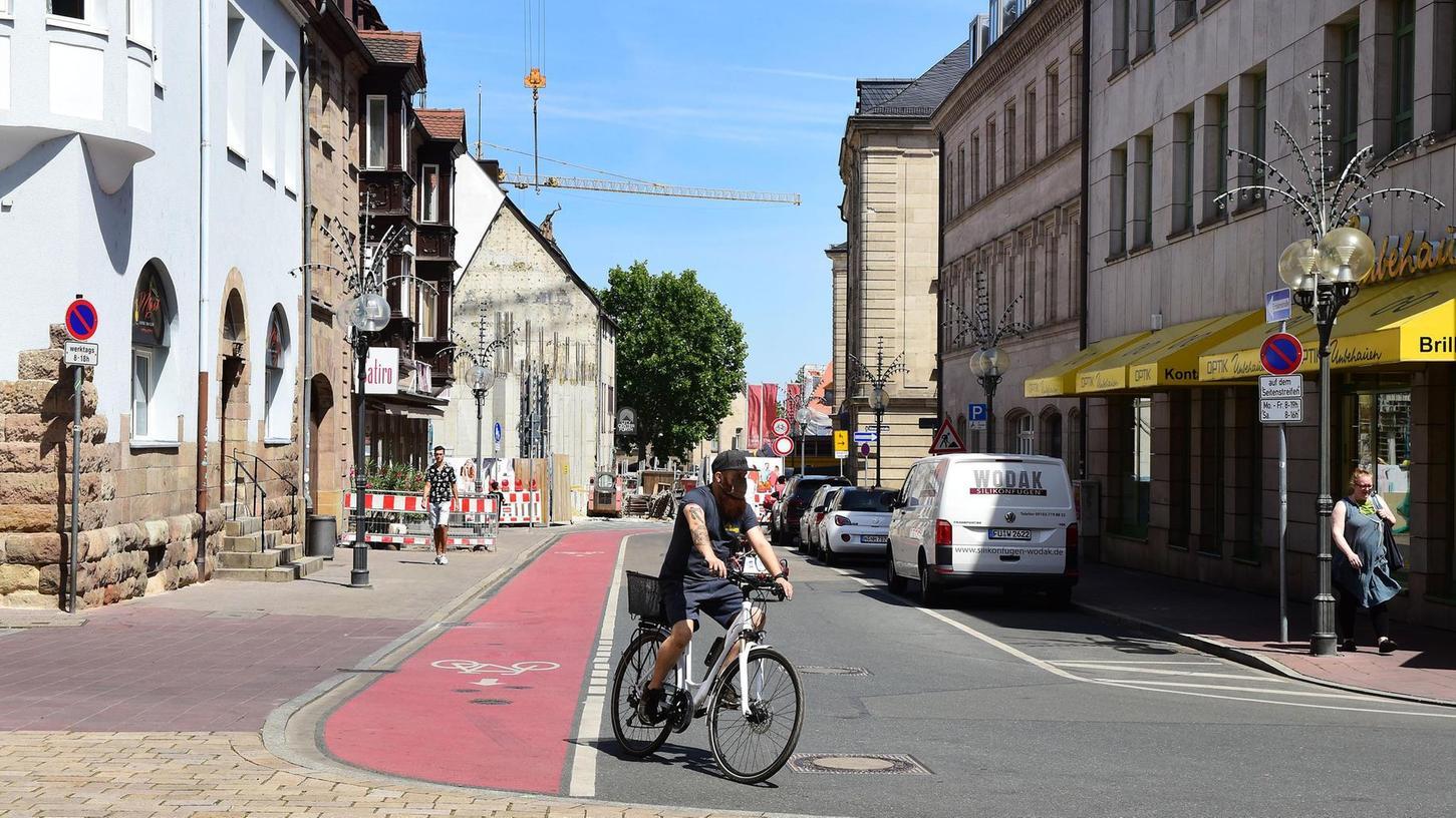 Einheitlich soll's am Ende aussehen: Das Pflaster, das schon rund um die Neue Mitte verlegt wurde, wird fortgesetzt – Autos sollen allerdings im abgebildeten Abschnitt der Hallstraße weiter fahren können. Die Stellplätze machen Bäumen Platz.
