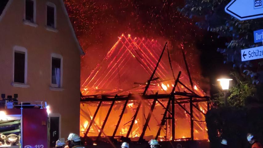 Großeinsatz im Landkreis Fürth: Lagerhalle fängt Feuer