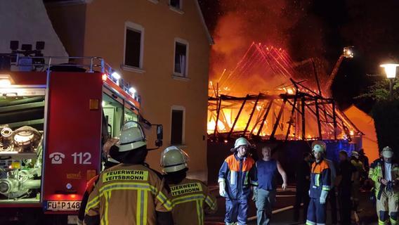 Großeinsatz: Meterhohe Flammen schießen aus Hallen