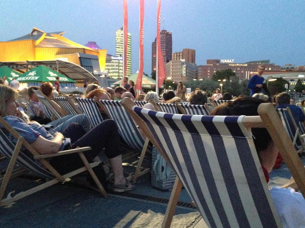 Strandflair am Kulturforum mit Blick auf den Potsdamer Platz.