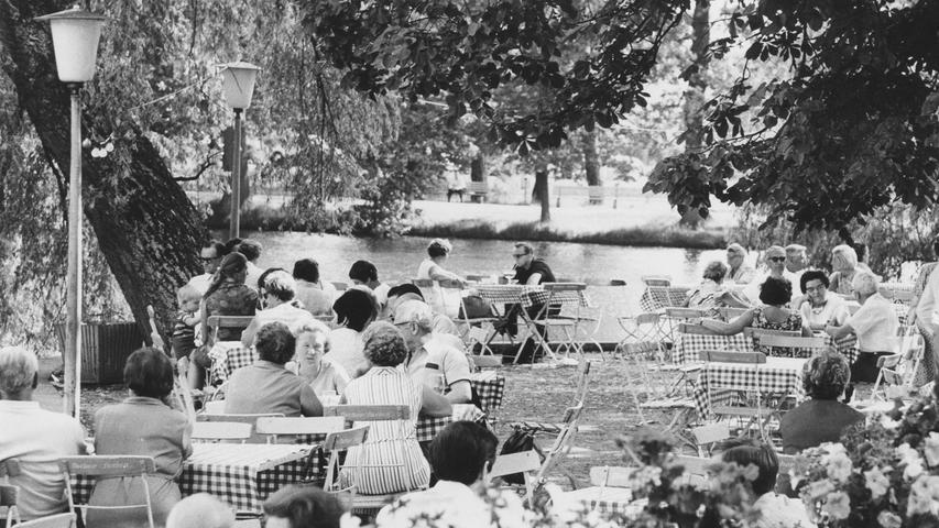 Am Valznerweiher wird's deutlich: eine Gartenwirtschaft ist eine wahre Erholungsstätte. Hier geht's zum Kalenderblatt vom1. August 1970: Biergärten werden zum Luxus.