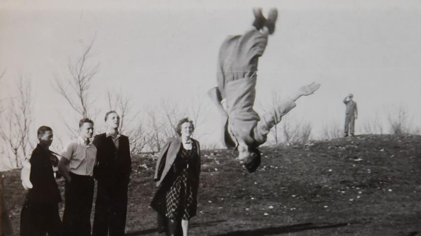 Ein Salto in Mantel und Stiefeln -  damit sorgte man einst für reichlich Aufsehen. Trainiert wurde auch in der Sandgrube (im Hintergrund die Folienfabrik).