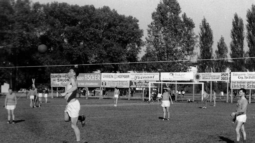 Edi Kern am Schlag, rechts Friedel Dötzer - Faustball war lange Zeit eine große Nummer in Forchheim. Dann ging es bergab, in den 1990er Jahren wurde der Spielbetrieb eingestellt.