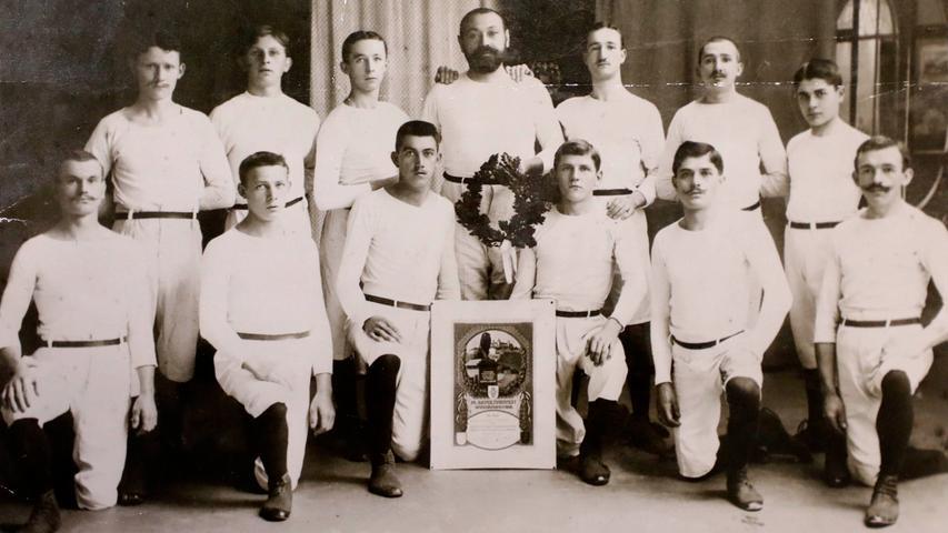 Ein fotografisches Juwel, vermutlich aus dem Jahr 1908: Turnvater Hans Hofmann (mit Vollbart hinten in der Mitte) inmitten seiner Turner - damals noch der TV 1904 Forchheim.