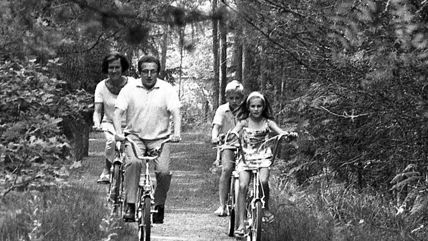 Die Urlaubswelle rollt. Zehntausende von Nürnbergern haben die Koffer gepackt und eilen mit Bahn, Auto oder Flugzeug nach dem Süden. Hier geht es zum Artikel vom 4. August 1970: Lieber Waldluft als den Benzingestank.