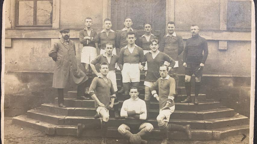 Der Fußball kam beim TV Jahn etwa 1918/19 regulär dazu. Dieses Bild zeigt die erste Mannschaft des Vereins, Turnvater Hans Hofmann (im Mantel) war auch hier federführend.
