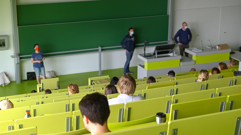 Prüfung mit Abstand und Maske - aber vor Ort.