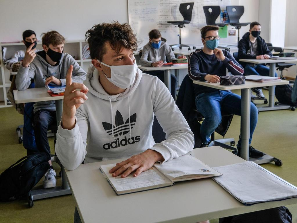 Im neuen Schuljahr gilt die Maskenpflicht eigentlich nur bis zum Platz im Klassenzimmer. Falls es in einer Region allerdings in sieben Tagen mehr als 20 Neuinfektionen pro 100 000 Einwohnern gibt, wird die Maske auch im Unterricht verpflichtend.