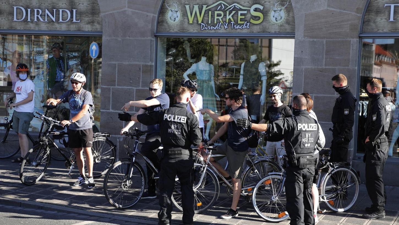 Hier geht's lang: Vor dem gesperrten Richard-Wagner-Platz fordern Einsatzkräfte der Polizei die Teilnehmerinnen und Teilnehmer von Critical Mass auf, den Ort zu verlassen. Denn hier ist der Ausgangspunkt der monatlichen Tour.