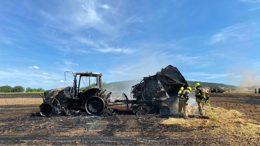 Schutt und Asche: Ballenpresse brennt auf Feld bei Pretzfeld