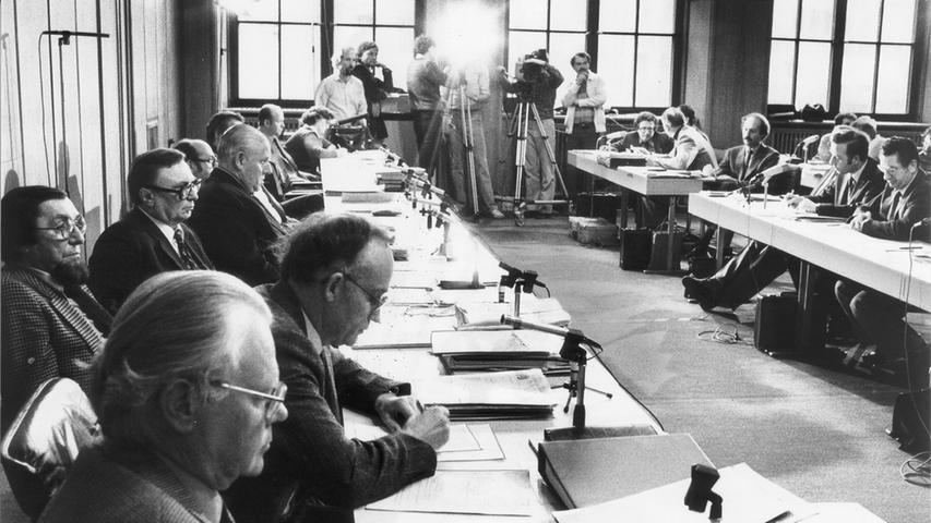 Hermann Glaser, damaliger Kulturreferent der Stadt Nürnberg, beobachtete den Prozess aus den vorderen Reihen. Die Verteidiger der inhaftierten Personen kritisierten, dass von den einzelnen Polizeibeamten bis zu drei unterschiedliche Vernehmungsprotokolle vorlagen, die teilweise Tage und Wochen alt waren.