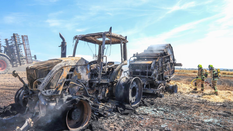 Von Traktor und Ballenpresse blieb nach dem Brand nicht mehr viel übrig.