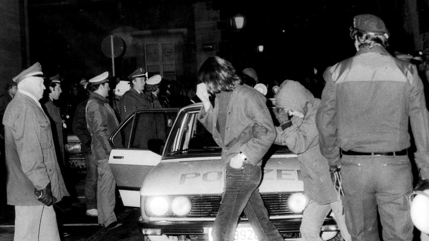 Ende der 70er Jahre schlossen sich Kriegsdienstverweigerer, Ökologiebewegungen und die Gründungswelle von Alternativbetrieben zu einer neuen Jugendbewegung zusammen. Im Gegensatz zu den Studentenbewegungen von 1968 suchten die Rebellen nach sofortigen Veränderungen in ihrem Alltag. In der Besetzung leer stehender Häuser fand die neue Bewegung ihren Kristallisationspunkt.  Im Dezember 1980 erreichte sie Nürnberg.
